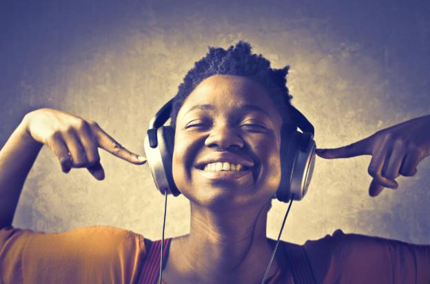 Ouvindo música para melhorar no processo criativo