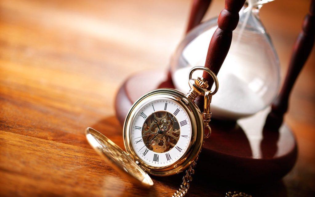 Ampulheta e relógio de bolso