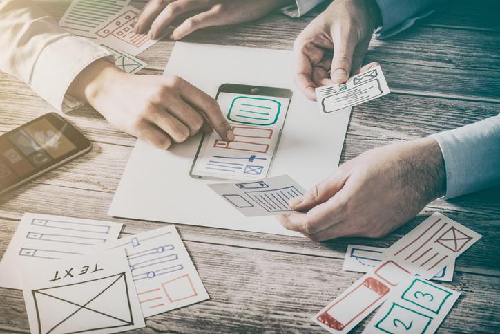 Designer desenhando ux de um app